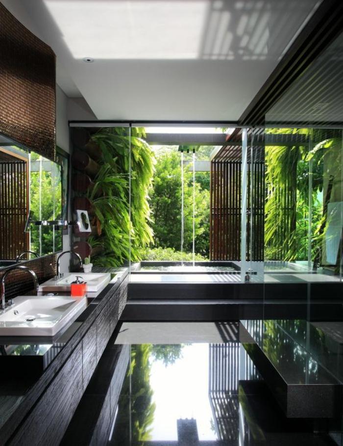 maison-de-verre-plancher-de-verre-idée-aménagement-fenetre-garnde-plantes-vertes