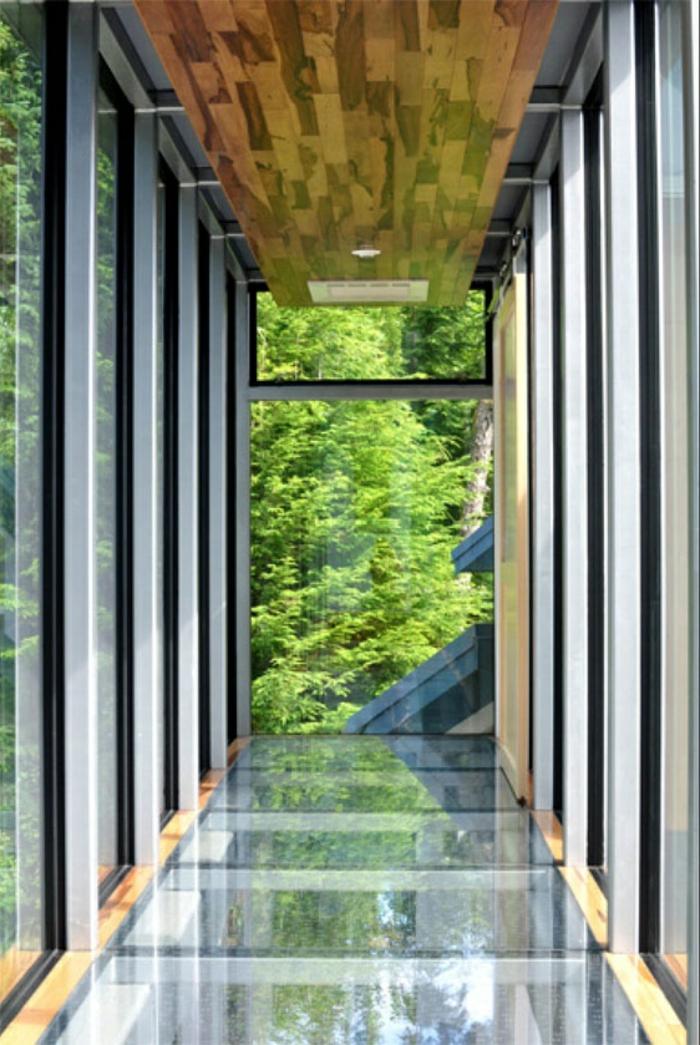 maison-en-verre-sol-plancher-en-verre-belle-vue-couloir-en-verre