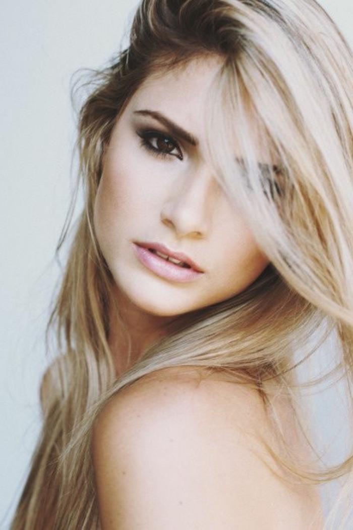 maquillage-pour-yeux-marron-femme-blonde-jolie