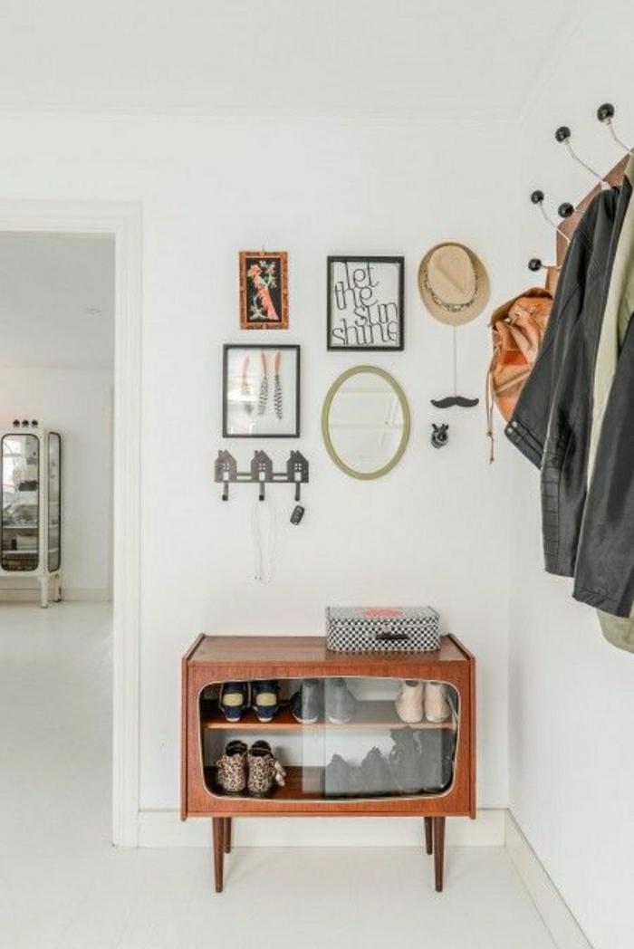 console d'entreée moderne,console ikea, mur blanc, porte manteau