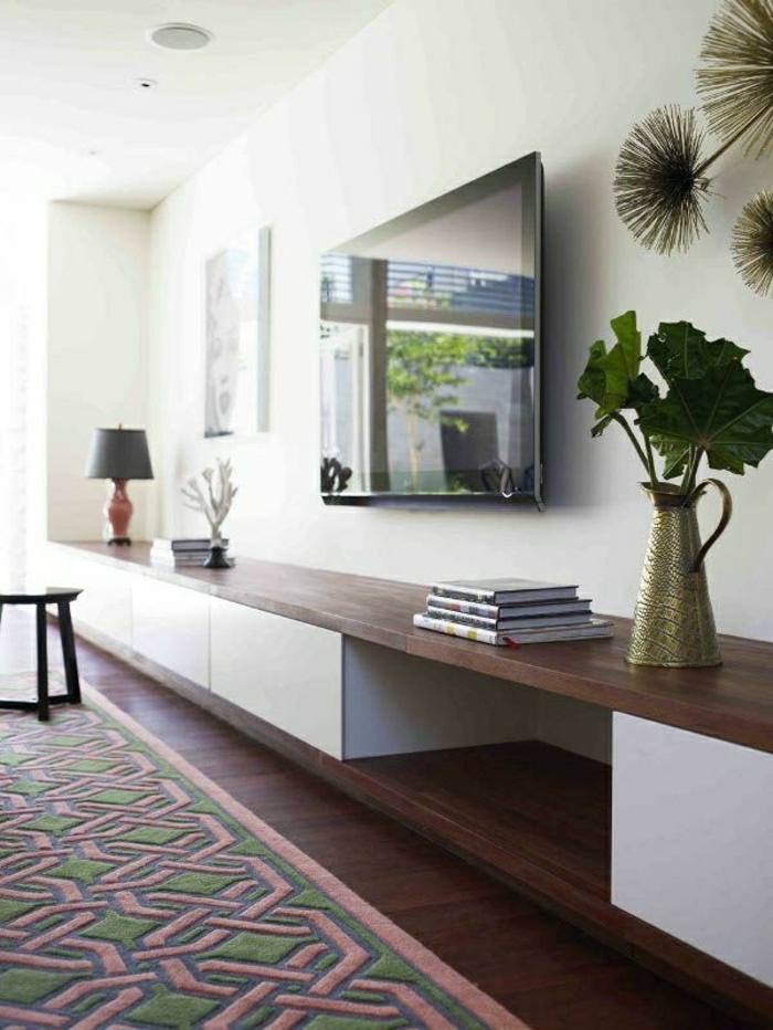 meuble-en-bois-tv-console-noir-sol-parquet-foncé-mur-blanc-plante-verte-fleurs-salon
