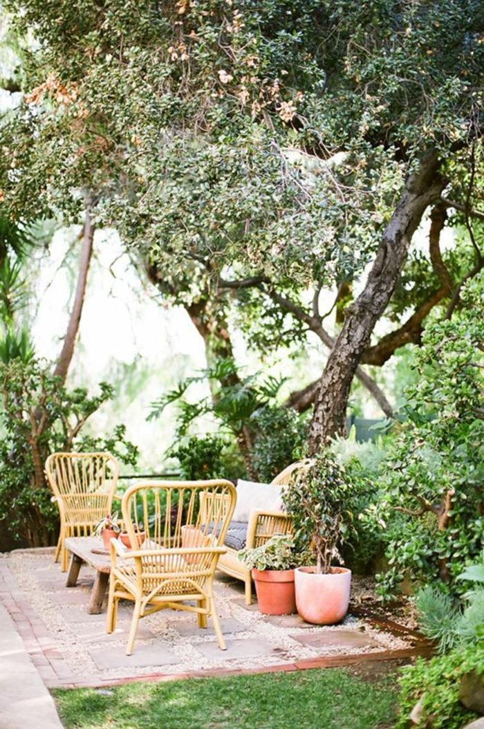 meuble-en-rotin-de-jardin-chaies-en-bois-table-en-boi-de-jardin-pelouse-verte