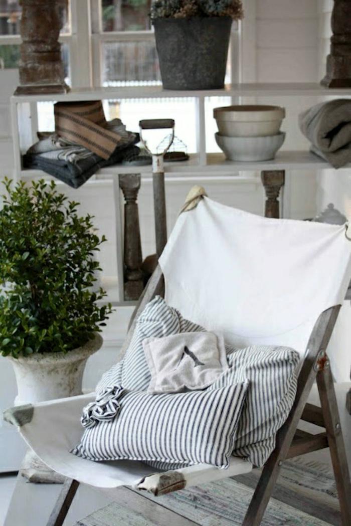meuble-marine-blanc-bleu-chaise-pliante-pour-la-plage-plante-verte