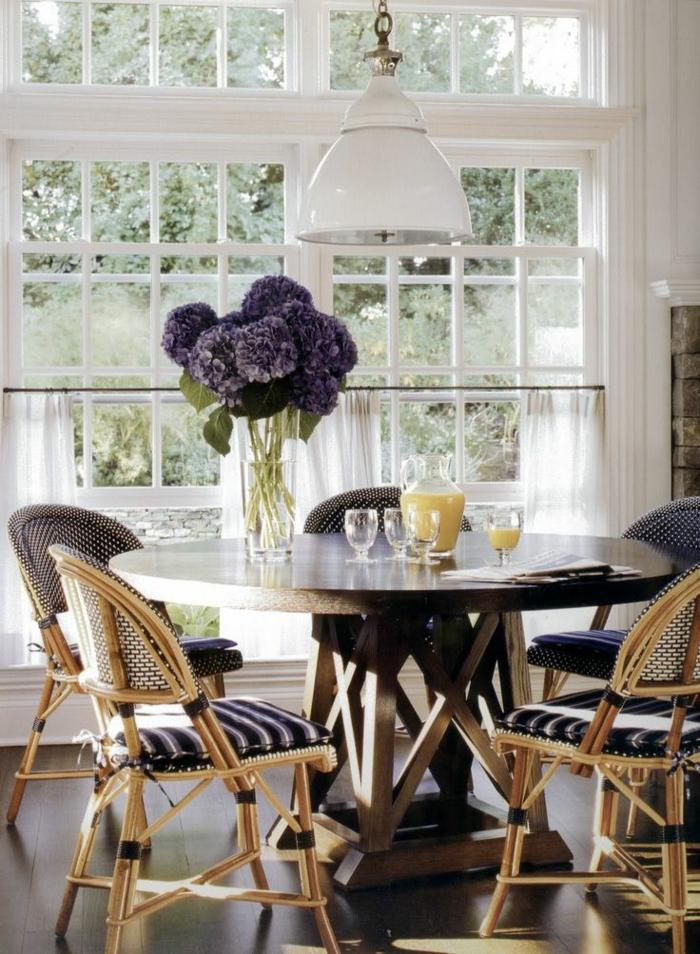 meuble-rotin-design-intérieur-moderne-salle-de-séjour-fleurs-lustre-blanc