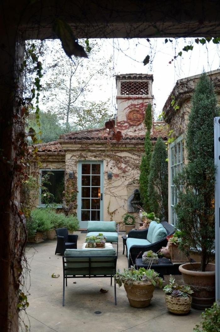 meuble-rustique-bleu-canapé-de-jardin-bleu-table-de-jardin-en-fer-noir