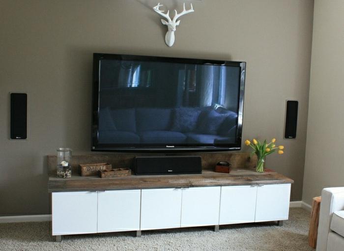 meuble-télé-en-bois-basse-en-bois-blanc-mur-beige-foncé-tapis-gris-déco-moderne