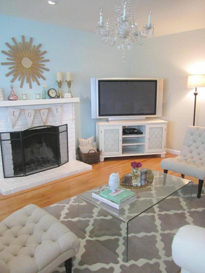 meuble-télé-en-bois-sol-en-parquet-cheminée-de-briques-blancs-tapis-beige-table-en-verre-basse