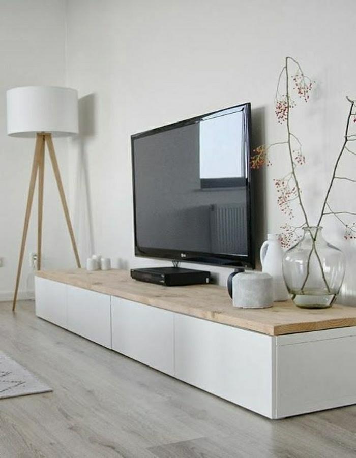 meuble-télé-en-bois-sol-en-parquet-clair-lampe-blanche-a-poser-mur-blanc-meuble-basse