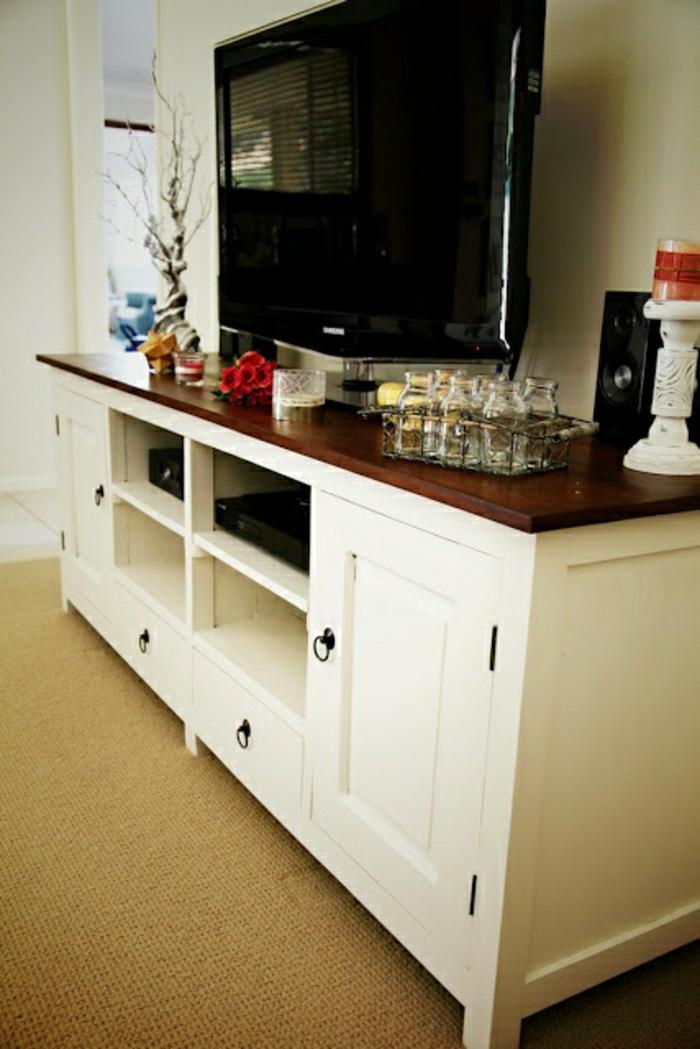 meuble-tv-design-en-bois-blanc-salon-moquette-beige-tv-led-noir-fleurs-décoratifs