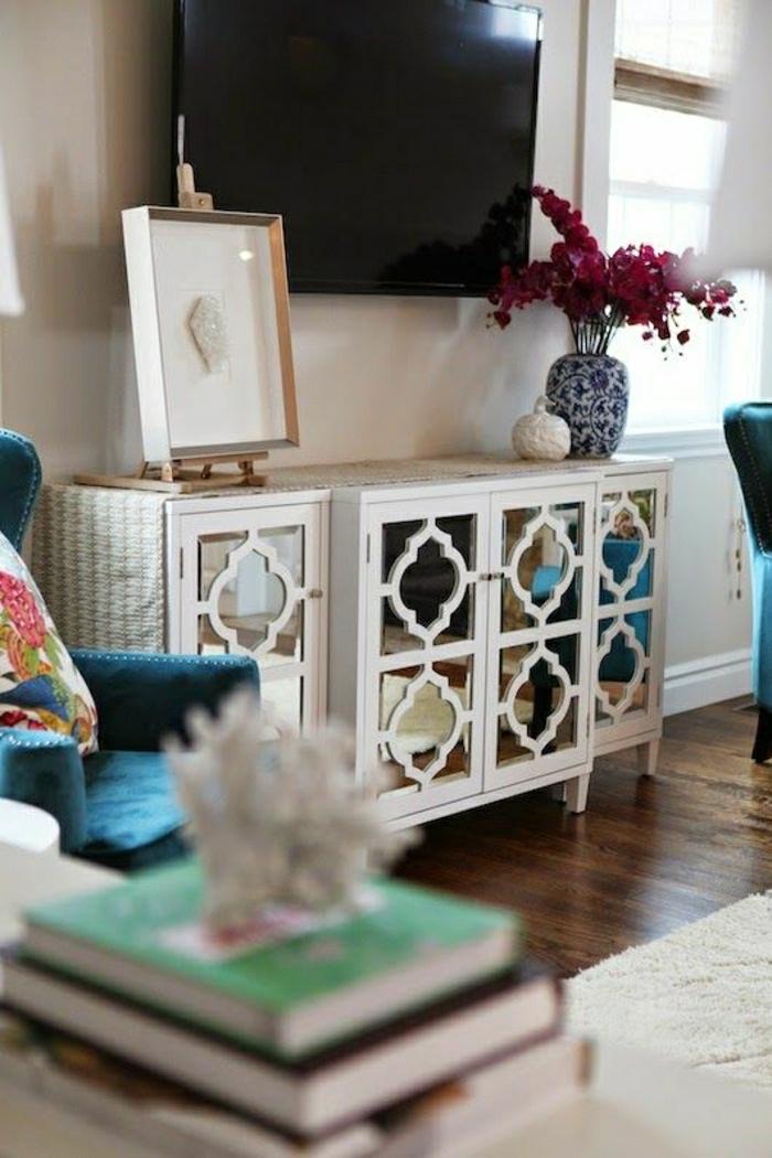 meuble-tv-design-en-bois-blanc-salon-parquet-foncé-mur-blanc-salon-design-fleurs