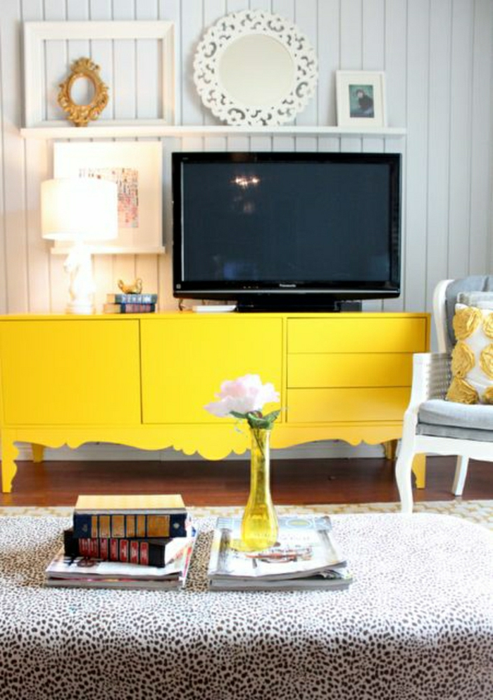 meuble-tv-jaune-design-en-bois-salon-moderne-tapis-a-points-blanc-noir-fleur-mur-blanc