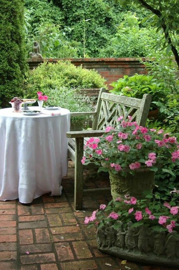 meubles-de-jardin-rustique-table-rustique-fleurs-dans-le-jardin-plantes-vertes