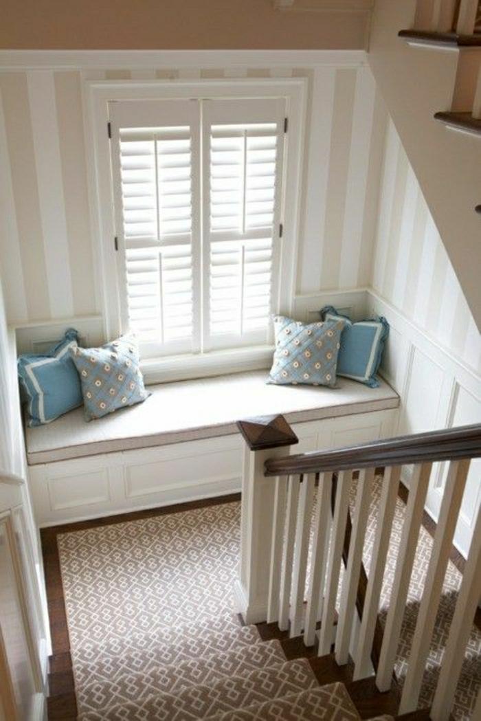meubles-escalier-fenetre-grande-escalier-avec-canapé-fenetre-coussins-bleus-tapis