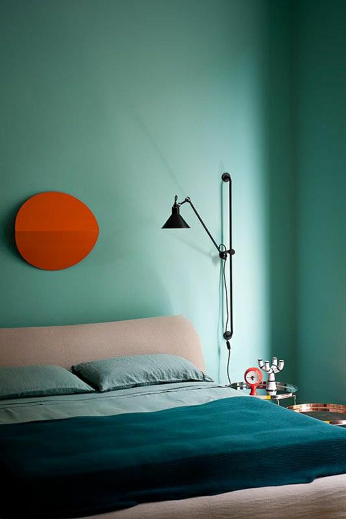 mur-bleu-turqoise-linge-de-lit-bleu-coussins-soleil-couche-de-soleil-décoration-murale