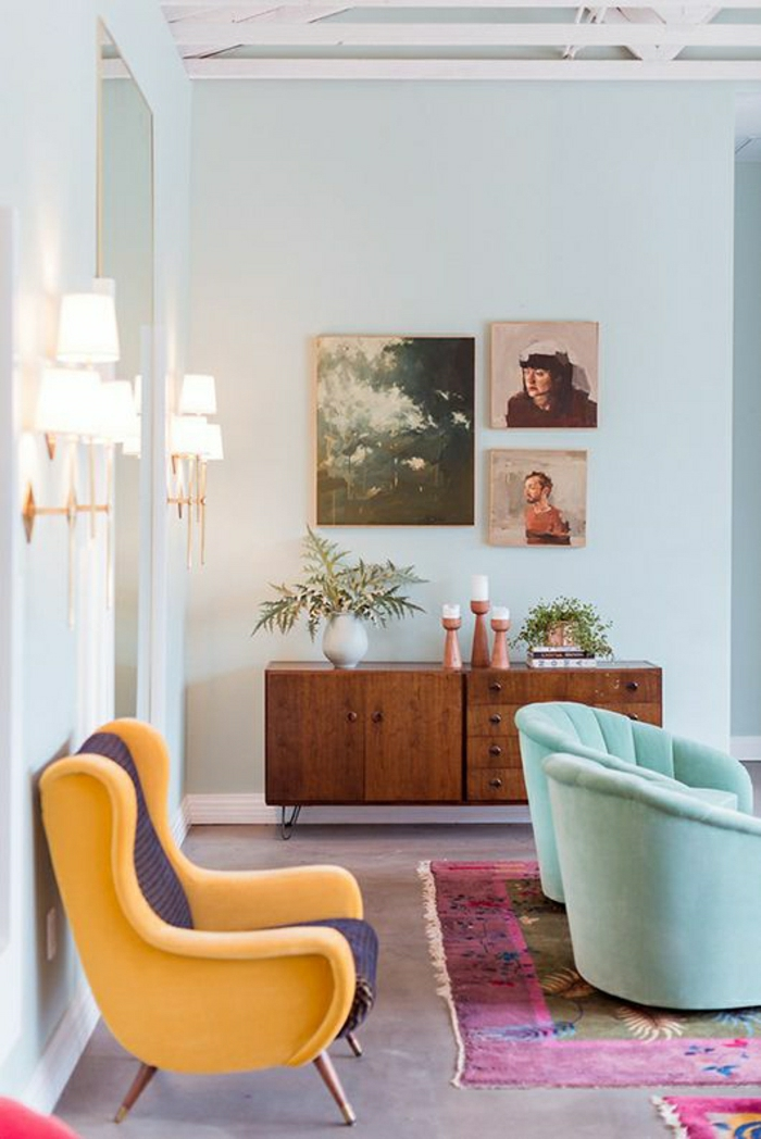 mur-bleu-turqoise-tapis-coloré-canapé-bleu-meuble-en-bois-peintures-murales