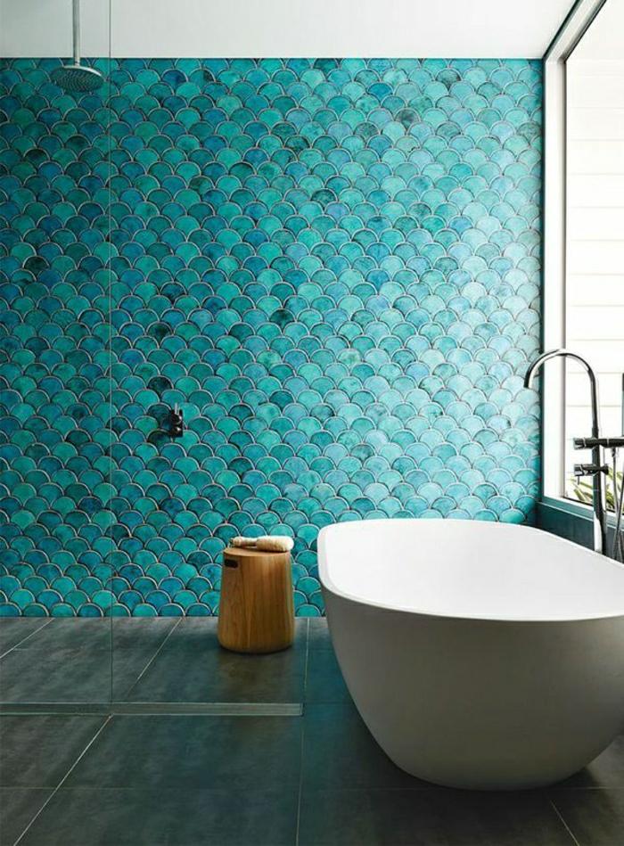 mur-de-couleur-turqoise-salle-de-bain-carrelage-baignoire-blanche-sol-carrelage-gris