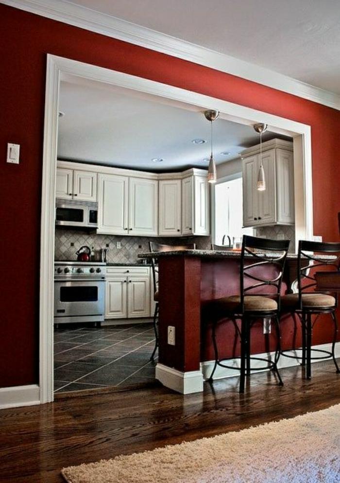 mur-rouge-cuisine-carrelage-parquet-foncé-tais-beige-cuisine-blanc-en-bois-lustre