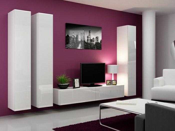 mur-violet-salon-beau-meuble-laqué-blanc-tv-console-noir-tapis-violet-table-basse