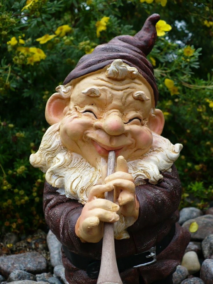 nain-de-jardin-chapeau-rouge-barbu-statue-de-jardin-décoration-de-jardin-idée