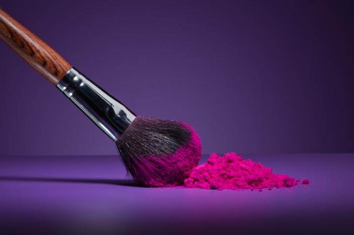 nettoyer-pinceau-maquillage-blush-le-rouge-pour-les-joux