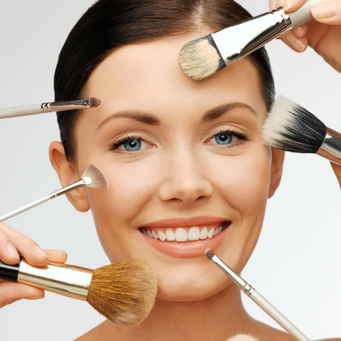 nettoyer-ze-pinceau-fond-de-teint-maquillage-femme-face