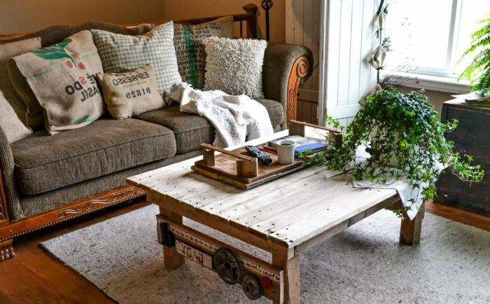 Superior Table De Salon En Palette De Bois #2: Palette-table-basse-d%C3%A9co-pi%C3%A8ce-sallon-s%C3%A9jour-sofa-coussins-plante-verte1.jpg