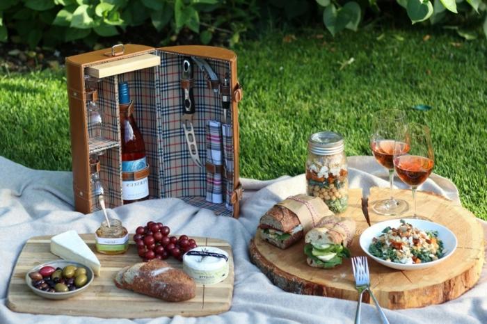 panier-de-pique-nique-champagne-fruits-olives-sandwiches