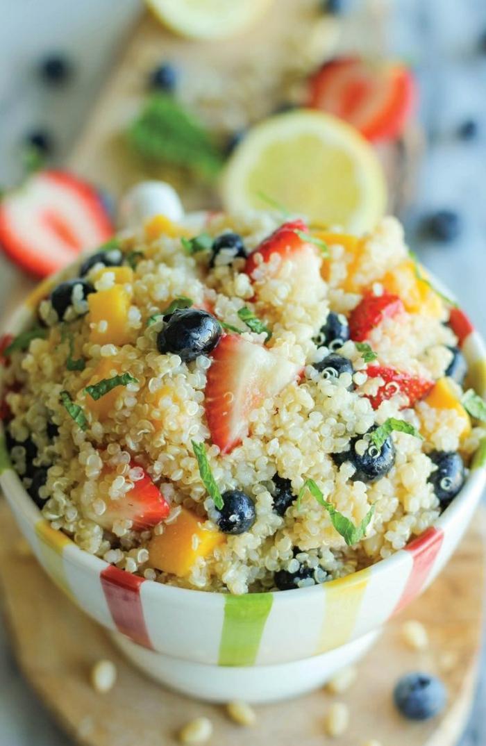 petit-déjeuner-régime-équilibré-avec-quinoa-et-fruits