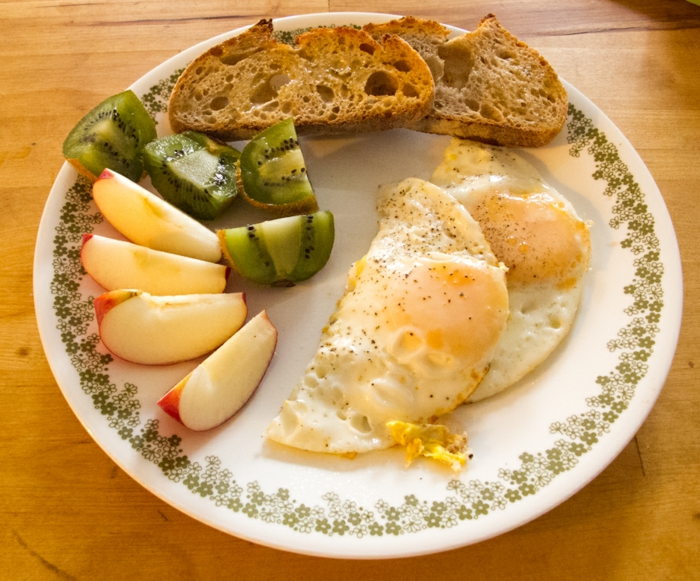 petit-déjeuner-sans-gluten-fruits-oeufs