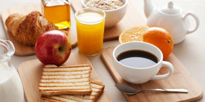 petit-dejeuner-ideal-repas-café-jus-d-orange-brioche