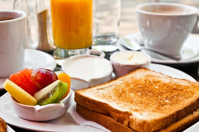 petit-dejeuner-ideal-repas-café-thé-juce-toast