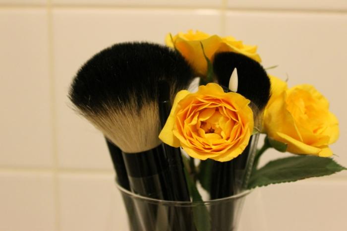 pinceau-maquillage-pas-cher-dans-la-salle-de-bains-fleurs