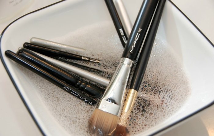 pinceau-maquillage-professionnel-le-nettoyage