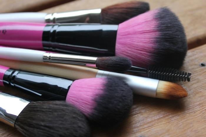 pinceaux-maquillage-pas-cher-en-rose-beauté
