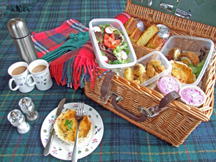 pique-nique-panier-picnic-salade-tarte-café