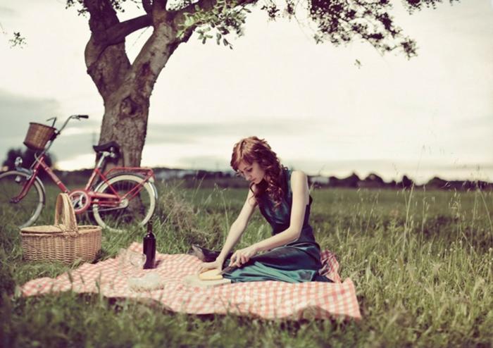 pique-niquer-avec-joli-panier-fille-bicyclette