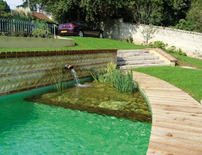 piscine-biologique-et-allée-en-bois