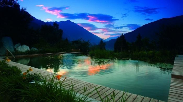 piscine-biologique-joli-paysage-au-coucher-du-soleil