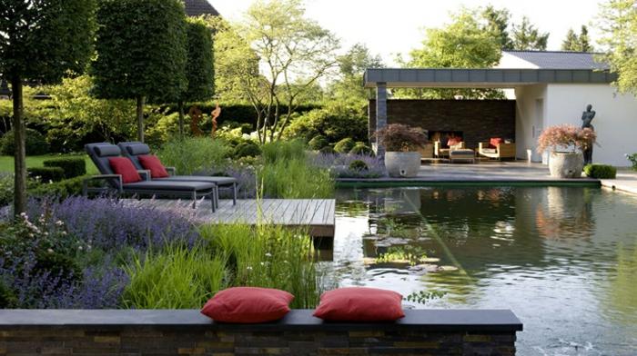piscine-biologique-terrasse-et-chaises-longues