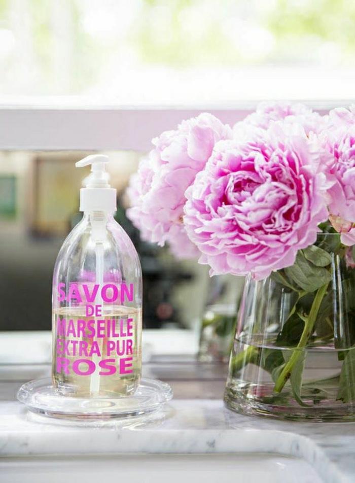 pivoine-rose-ou-blanche-pour-la-déco-salle-de-bain