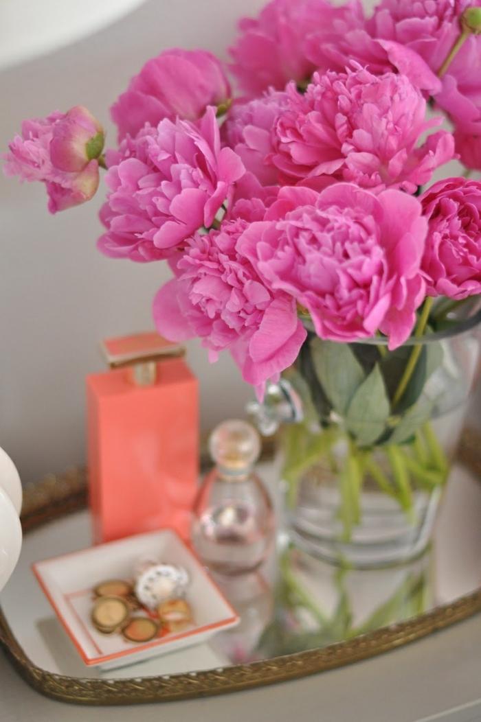 pivoines-sur-la-table-de-cheve-parfume