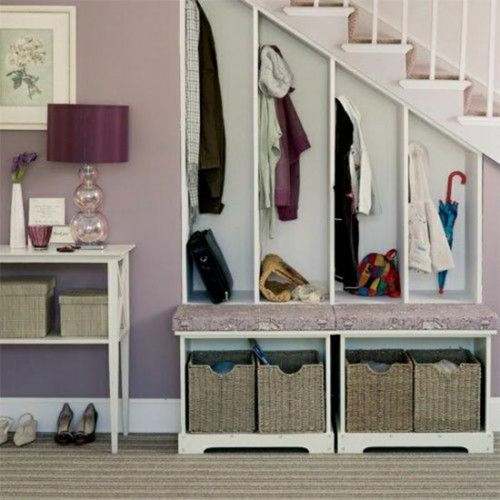 placard-sous-escalier-aménagement-sous-escalier-couloir-violet-tapis-gris-chaussures