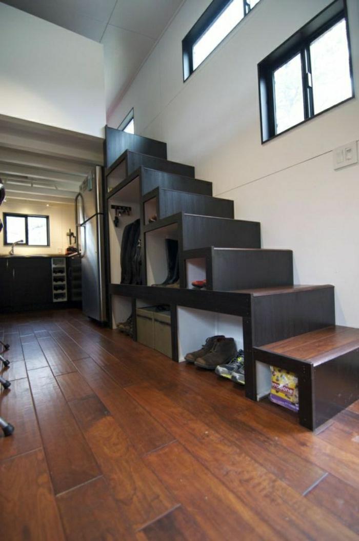 placard-sous-escalier-aménagement-sous-escalier-placard-en-bois-petit-espace