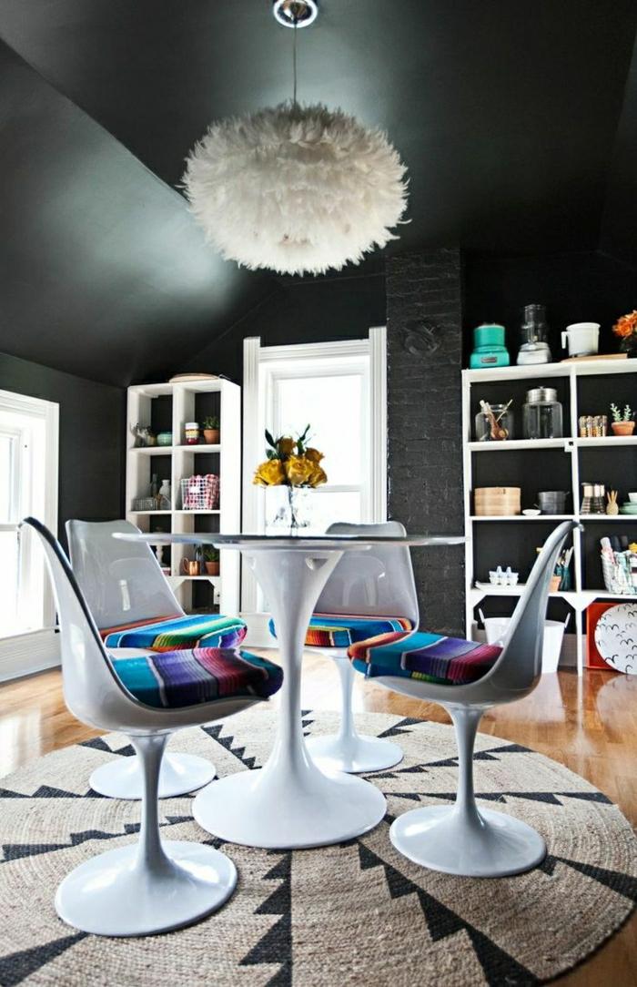 plafond-sous-pente-plafond-noir-lustre-de-plumes-blancs-toit-noir-fleurs-sur-la-table