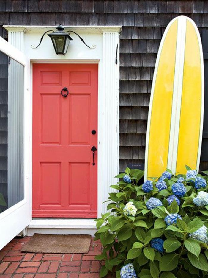 planche-de-surf-à-côté-de-la-porte-d'entrée