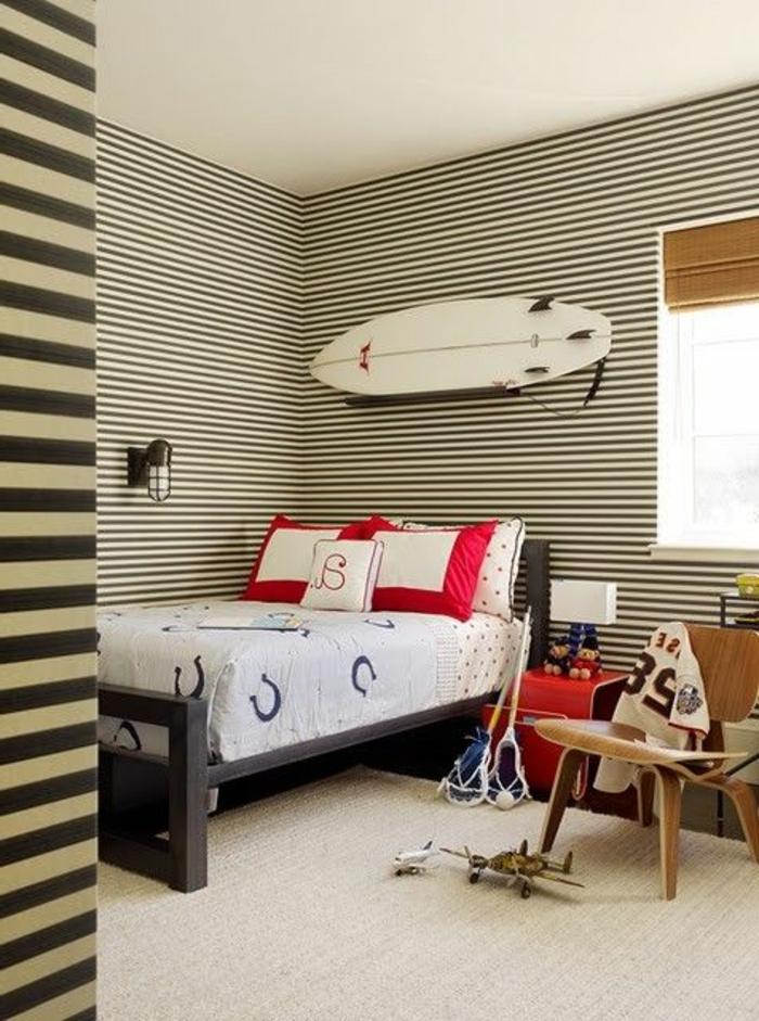 planche-de-surf-au-dessus-d'un-lit-de-garçon
