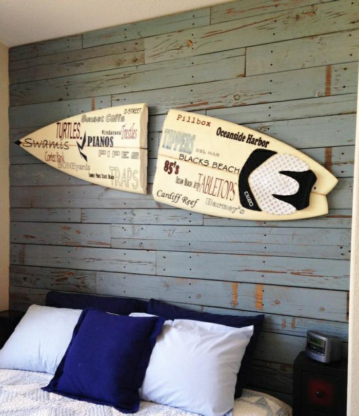 planche-de-surf-au-mur-dans-la-chambre-à-coucher