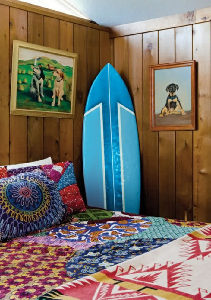 planche-de-surf-bleue-et-couettes-de-lit-colorées
