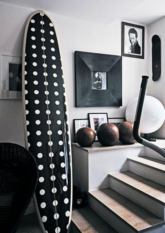 planche-de-surf-décor-en-noir-et-blanc
