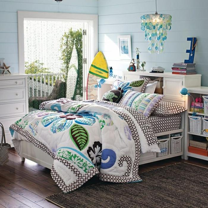 planche-de-surf-en-jaune-et-blanc-dans-une-chambre-à-coucher-marine